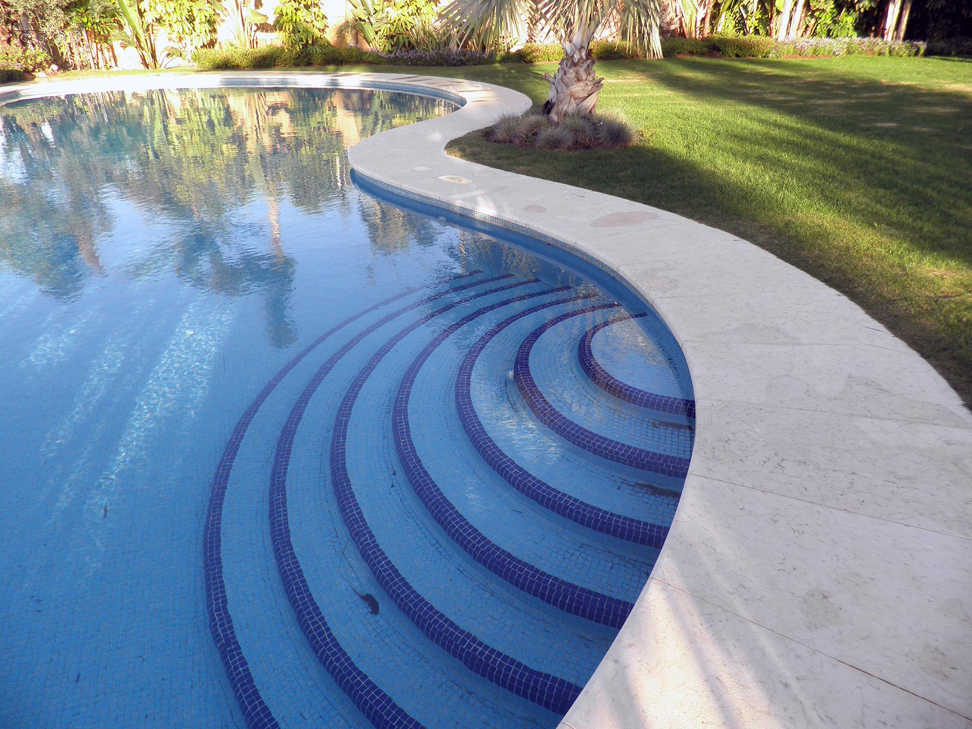 Reborde perimetral de mármol piscina